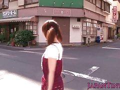 Pequeña japonesa miku airi con coletas golpeado